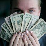 Devojka sa veliko sumom novca zbog koje se pitate ko su nnajbogatiji ljudi na svetu i čime se bave?
